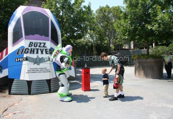 al-s-toy-barn-charater-greet-buzz-lightyear-big.jpg